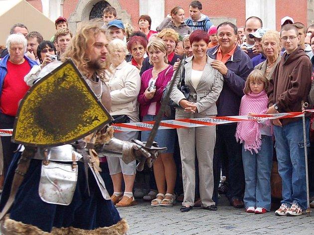 Jan Látka takto držel za ramena loni v srpnu při šermířském vystoupení u příležitosti zahájení Chodských slavností svou přítelkyni Marcelu Mertinovou.