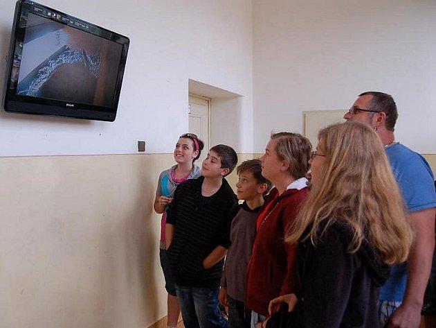 Žáci Masarykovy základní školy ve Kdyni na Domažlicku se zájmen sledují prostřednictvím kamery, co se děje v poštolčím hnízdě.