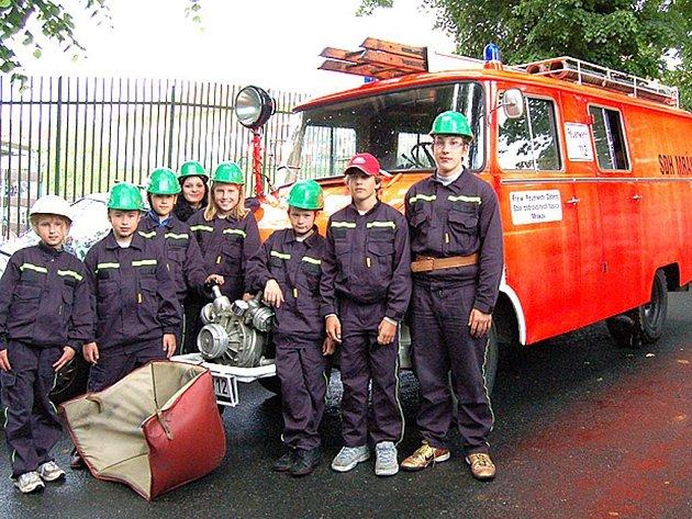 Mrákovský hasičský Opel nikdo nepřehlédne. Pyšní jsou na něj i tamní mladí hasiči.