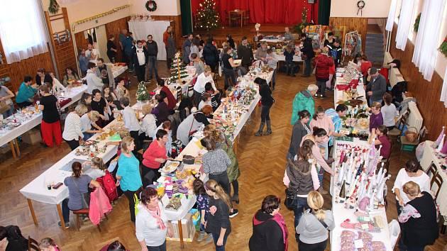 Dílský vánoční trh. Zájem o výrobky měly stovky lidí.
