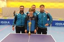 Ondřej Květon (vepředu) s trenéry akademie HB Ostrov (zleva) Štěpánkem, Kantou a Vožickým.