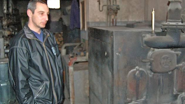 Martin Mašek je jedním z nájemníků bytu v panelovém domě č. p. 260 v Koutě na Šumavě, který se rozhodl, že si byt koupí. Velký nedostatek však vidí v zastaralé kotelně, kde stráví denně několik hodin