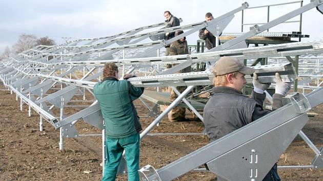 Zařízení na zachytávání sluneční energie postavili v Holýšově, fotovoltaická elektrárna by se měla objevit i v okolí Meclova, obec z ní však elektřinu brát nebude.