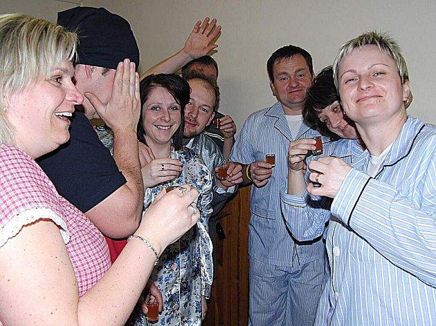 NECHYBĚLY ŠTAMPRLIČKY. Účastníci draženovského pyžamáku dbali na své zdraví, lidské teplo unikající zpod lehkého nočního oděvu doplňovali nápoji na zahřátí.