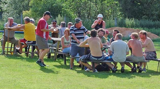 POSEZENÍ. Po skončení oploteckého turnaje fotbalisté poseděli a s odstupem času zhodnotili utkání.