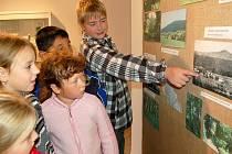 Desetiletý David Sokol ukazuje spolužákům zaniklou obec Lískovec u Lučiny