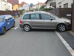 TEST DENÍKU. Pokud budou obsazena parkovací místa v levé části ulice, pan Pernica se svým vozem z domu nevyjede.