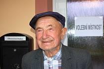 VÁCLAV HERLÍK. Třebaže již letos oslavil 91. narozeniny, k volební urně si do sousední obce došel pěkně po svých.
