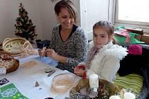 JANA RÝDLOVÁ z Dílů tradičně předvádí na výstavě pletení z pedigu. Tentokrát jí pomáhala i dcera Zuzka.