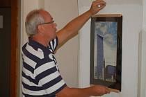 Ladislav Lešický instaluje výstavu snímků z Islandu.