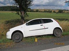 Řidička se za Klenčím vyhýbala divočákům, auto vjelo do příkopu.