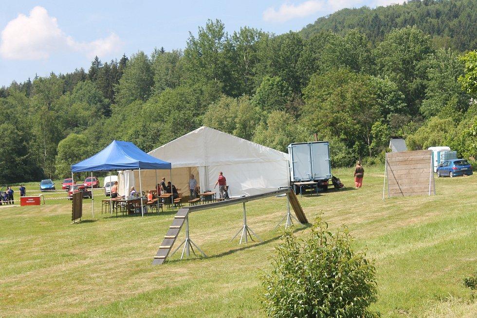 Hasiči výročí uctili průvodem obcí a odpoledne soutěžili na improvizovaném hřišti.