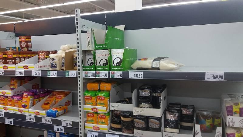 Pondělní Kaufland. Rýže a luštěniny se kupují také.