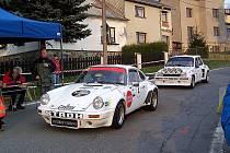 LETOS BEZ KORÁBU. Snímek z loňského ročníku Historic Vltava Rallye ukazuje zahraniční posádky s vozy Porsche 911 a Renault 5 Turbo v cíli rychlostní zkoušky u kdyňského koupaliště. Letos se trasa soutěže Domažlicku vyhne.