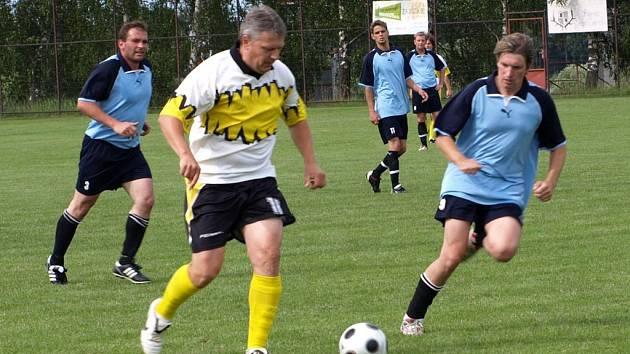 I PO LETECH UMÍ. Po pěti letech se na fotbalový trávník vrátil klenečský Robert Janek. Tento 37 letý hráč ukázal soupeři, že fotbal se nezapomíná, když po hřišti proháněl i mladé protihráče.