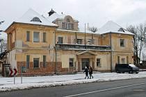 Sokolovna ve Staňkově vznikala mezi lety 1919-1921. Budova potřebuje opravu fasády a výměnu oken.