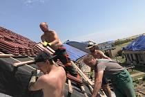 Hasiči ze Všerub a starosta městyse vyrazili začátkem týdne na jižní Moravu, kde přikrývají střechy tornádem poničených domů. Na místě zůstanou do neděle.