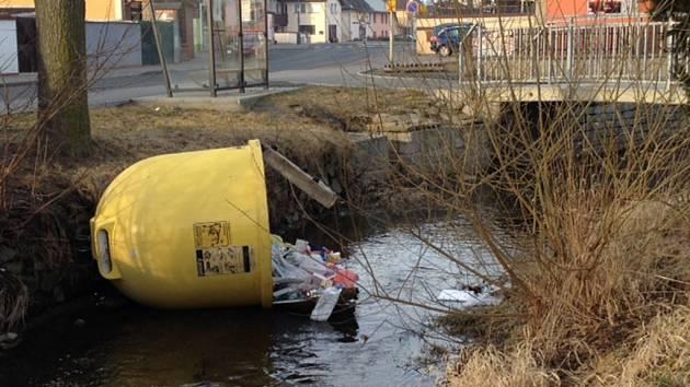 Vandal odhodil plastovou nádobu s tříděným odpadem do Zubřiny.