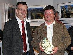 Výstavu fotografií Clause Wieteka (vpravo) uvedl v tamním muzeu starosta Waldmünchenu a předseda Akčního spolku Čerchov Markus Ackermann.