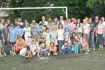 SPOLEČNÉ FOTO. Poté, co děti svým rodičům ukázaly, jak umí hrát baseball a maminky s tatínky si hru na vlastní kůži vyzkoušeli, se spolu všichni vyfotili.