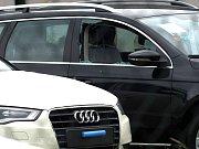 Zničená a vykradená auta v Car Pointu v Domažlicích.