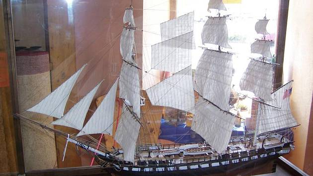 Model plachetnice na výstavě v prodejně Kačaby.