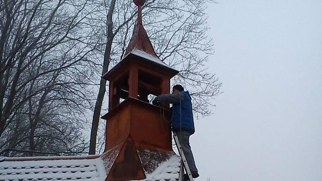 ZE ZAVĚŠOVÁNÍ ZVONU NA KAPLIČKU V MRCHOJEDECH. Je na něm německý název obce Murchowa a letopočet 1922.