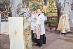 Žehnání novému basreliéfu v domažlickém kostele.