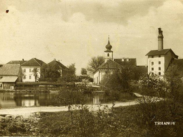 Trhanov na pohlednici. Vpravo bývalý pivovar. Na snímku je vidět i kuželník, který byl vedle dnešní restaurace. Foto: archiv Z. Sládkové