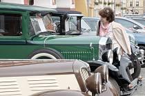 Historické vozy na domažlickém náměstí.
