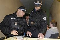Domažličtí strážníci při jedné z kontrolních akcí.