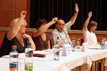 Staňkovští zastupitelé jednomyslně odsouhlasili návrh radě města, aby odvolala ředitelku základní školy Marii Gruberovou, za což si vysloužili potlesk celého sálu.