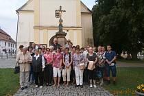 Na 34 účastníků navštívilo místo, kde působil Jindřich Šimon Baar.Foto: Jiří Anderle