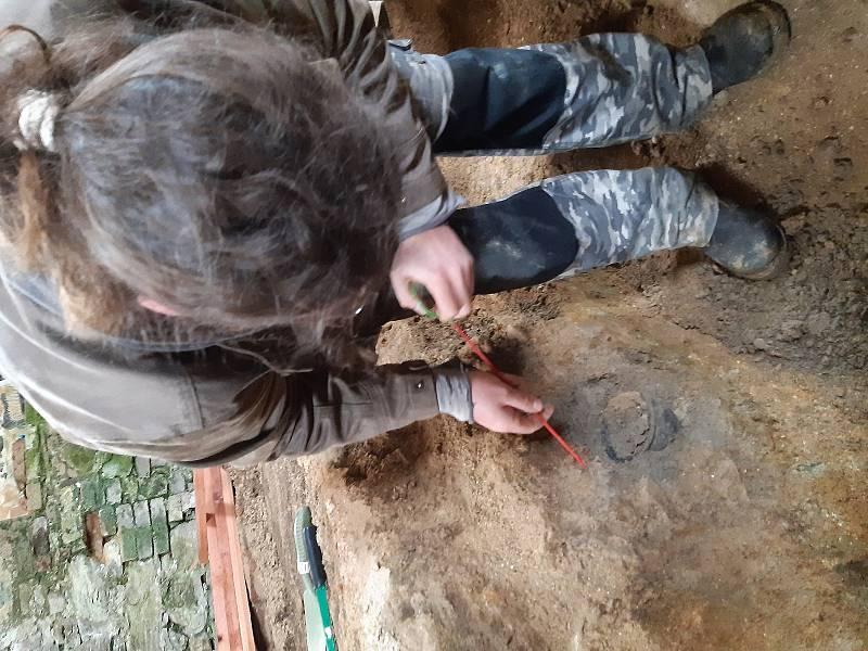 Archeologové našli v kapli ve Štítarech hliněnou nádobu, která pochází zřejmě z 10., či 11. století.