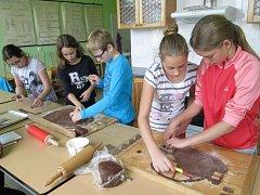 Staňkovští školáci začali ve škole ve cvičném bytě péct perníčky.