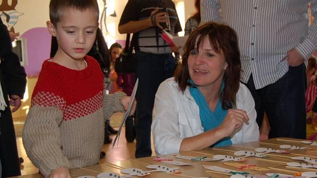Zápis v Poběžovicích se bude  konat 24. ledna. Vloni si děti za předvedený výkon odnesly postavičku sněhuláka a omalovánky. Na snímku učitelka Marie Pittnerová s jedním z tehdejších předškoláků.