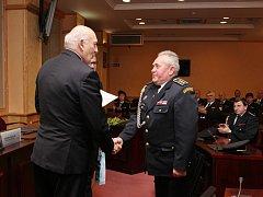 Hejtman Václav Šlajs předal pamětní medaile také dobrovolným hasičům z Domažlicka. Jako první ji převzal Jan Brei.