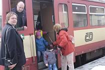 LOKÁLKY JSOU NA ÚSTUPU. Jejich větší provozní náklady způsobují, že levněji vychází autobusy. Ty od prosince v pracovních dnech zcela nahradí vlakové spoje mezi Staňkovem a  Horšovským Týnem.