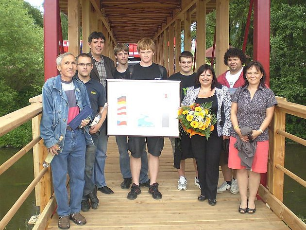 HOTOVO! Skupina z domažlického učiliště pózuje na nově otevřeném mostu v bavorském Rötzu.