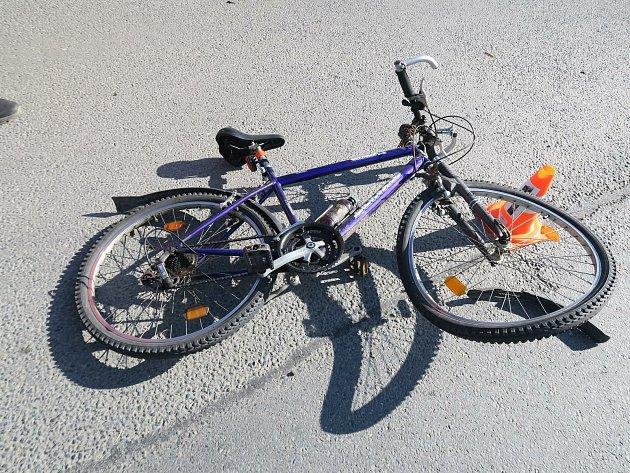 Cyklista narazil na křižovatce do osobního vozidla.