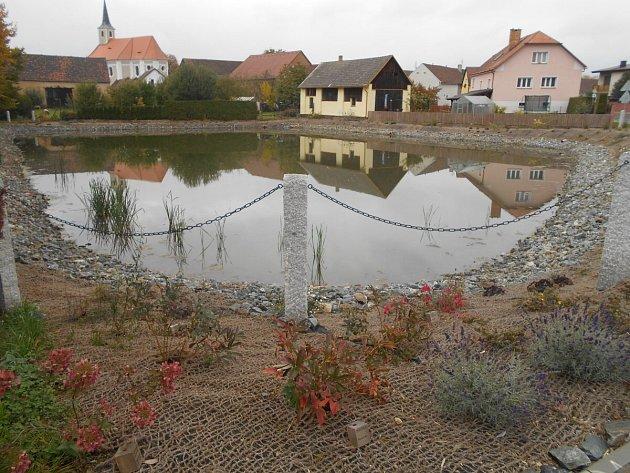 Opravený rybník ve středu Milaveč.