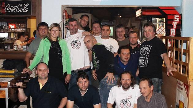 Účastníci premiérového ročníku turnaje jednotlivců v bowlingu KM Beta Cup v herně M + M v Domažlicích.