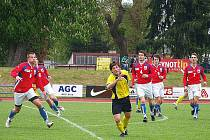 Domažlický Jakub Ferra obklopen přesilou hráčů Zbirohu.