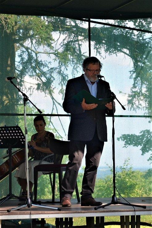 Herec Josef Nechutný při recitaci.