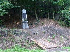 Upravený pomník Karlu Dvořákovi nedaleko čerchovského areálu.