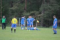 To jsme tomu teda dali...! To si mohli říkat fotbalisté Sokola Zahořany (na snímku z duelu v Poděvousích v modrých dresech) po domácím debaklu od Pocinovic.