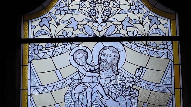 Kostel je jedinečný také svými vitrážemi. Jsou totiž plné chodských motivů a vznikly podle návrhů sester a učitelek Anny a Marie Bílkových.