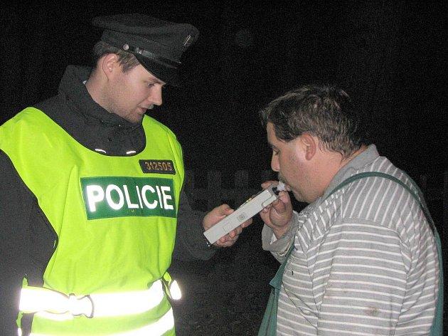 """Policisté dávají """"dýchnout"""" všem účastníkům nehod. Ilustrační foto."""