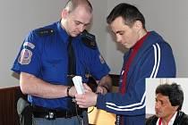 Ze soudní síně. jednoho z mužů přivedla eskorta, druhý je vyšetřován na svobodě.