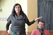 Dagmar Damková, v pozadí Pavel Královec, při besedě na horšovskotýnské škole.